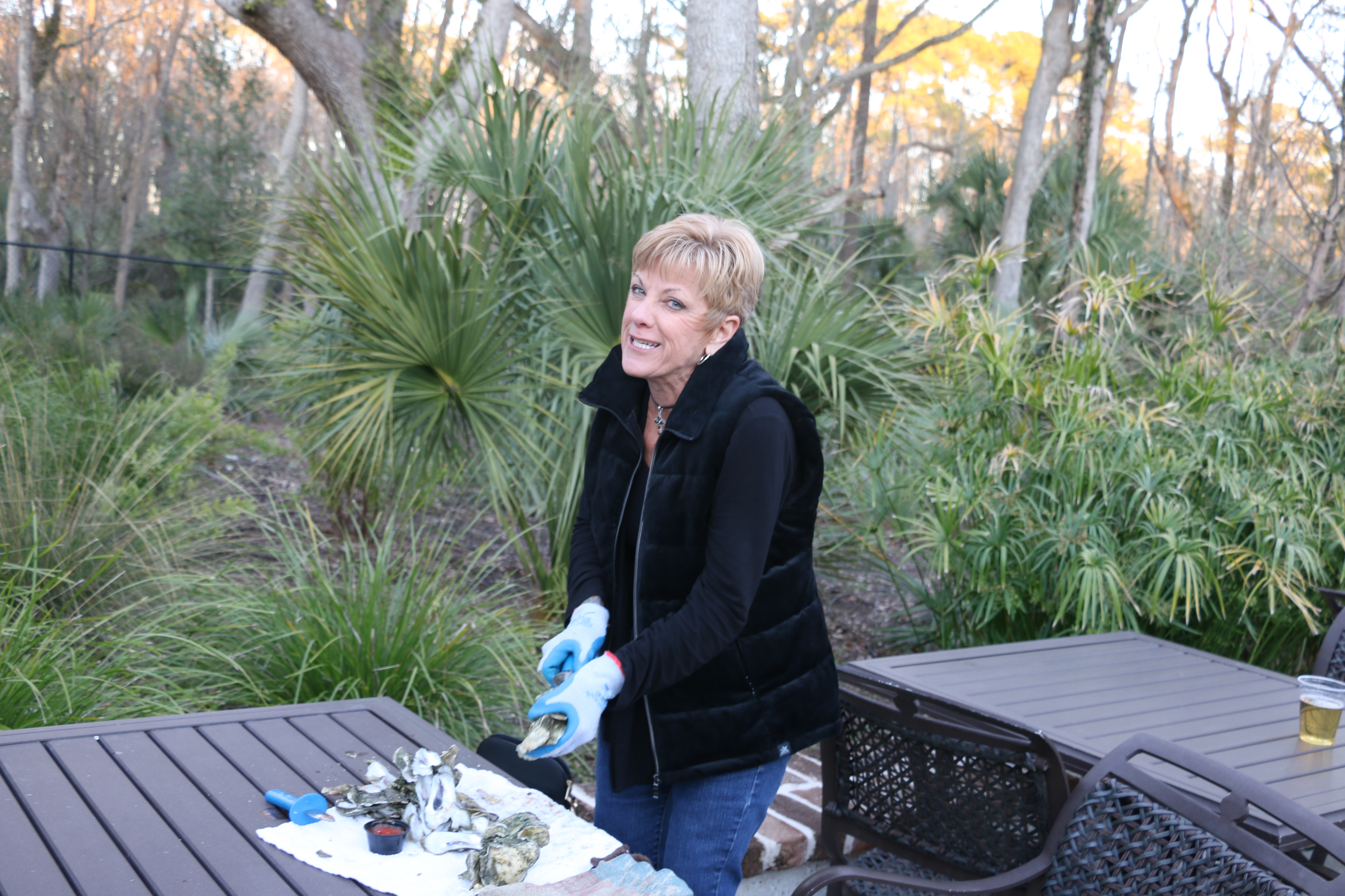 Jerri Iseman shucks an oyster!